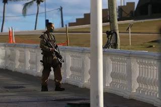 """PM """"surta"""" em frente ao Farol da Barra e dispara tiros com fuzil; veja vídeo"""