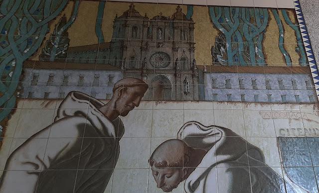 Painel de azulejos com 2 monges beneditinos e a fachada do Mosteiro de Alcobaça