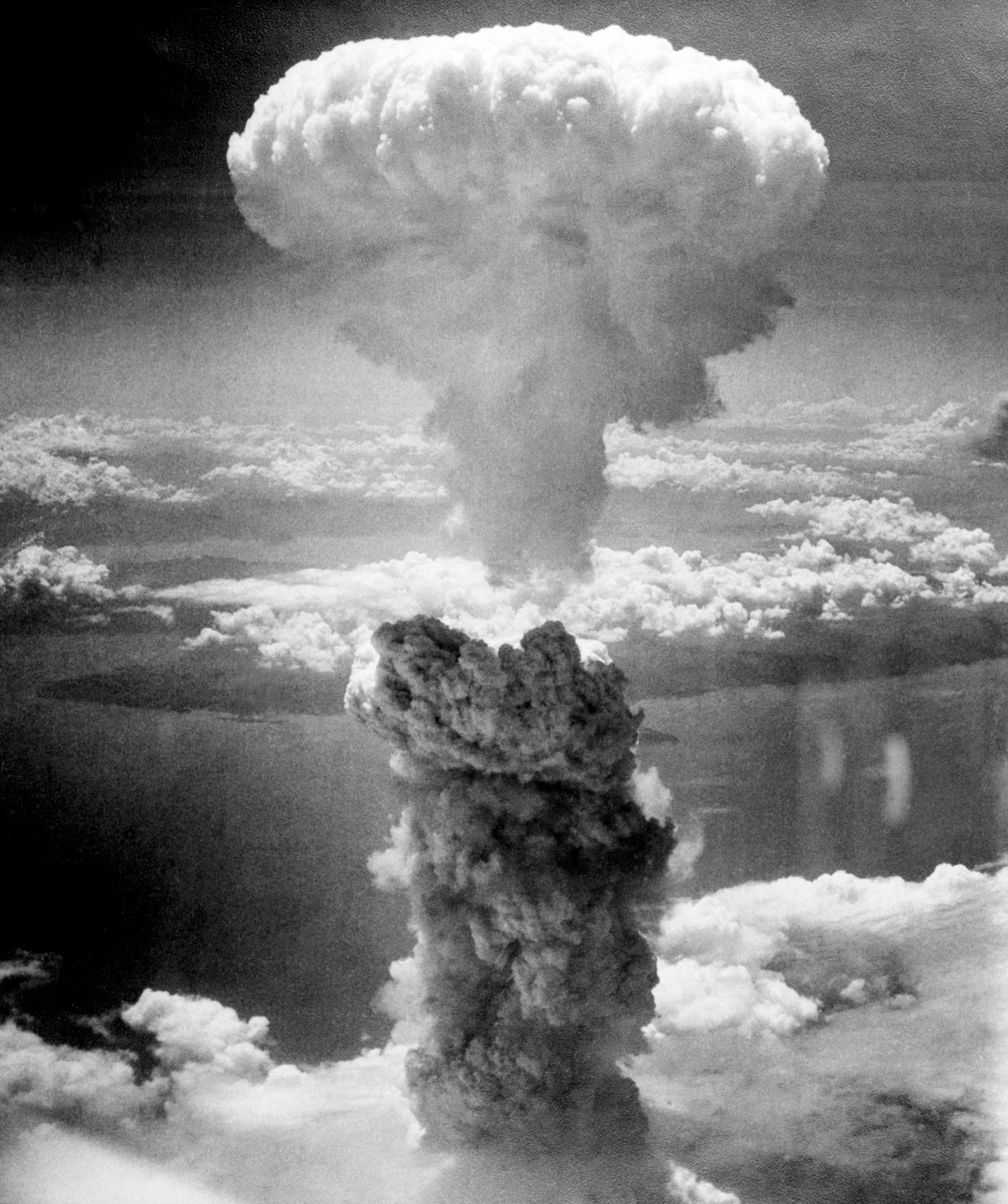 原爆が投下された直後の長崎の上空の巨大な茸雲