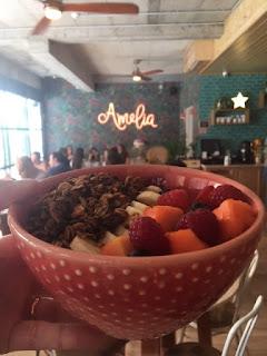 tigela de açaí com frutas e o nome Amélia ao fundo