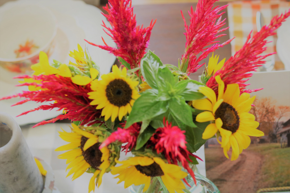 bouquets-glass-vases-flowers-sunflowers-centerpiece-farmhouse-athomewithjemma