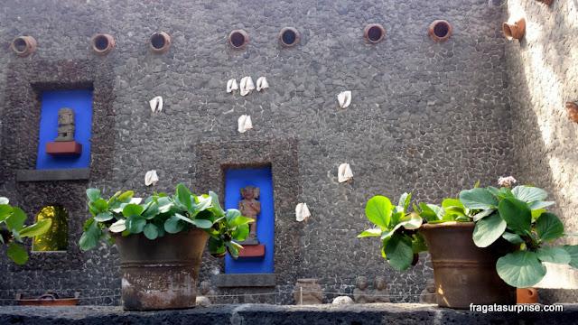 Esculturas pré-colombianas nos jardins da Casa Azul, o Museu Frida Kahlo