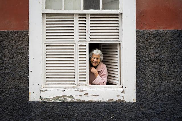 mulher, retrato, janela, senhora de idade, crônicas, Pensamentos Valem Ouro, Blogger, Vanessa Vieira