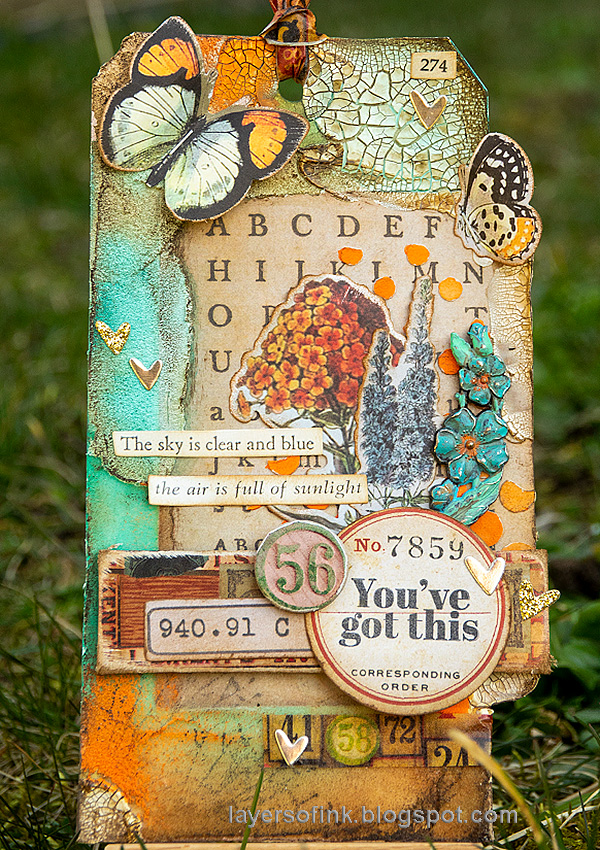 Layers of ink - Texture Paste Tag Tutorial by Anna-Karin Evaldsson. With Distress Pastes by Tim Holtz / Ranger.