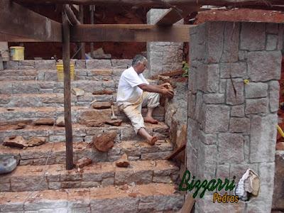 Pedra folheta para pilares de pedra na escada de pedra.
