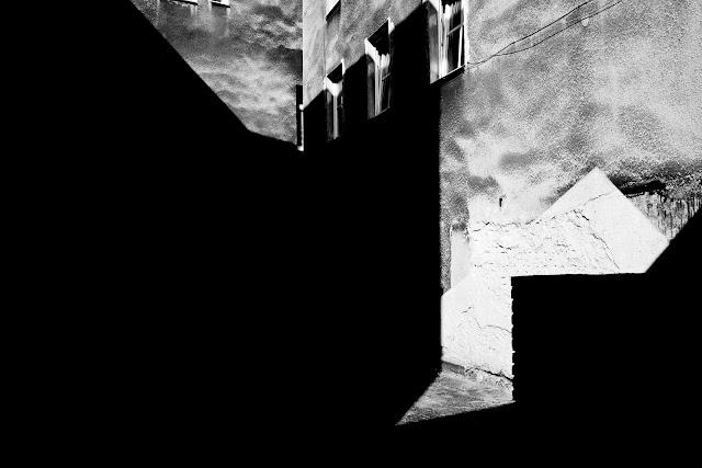 Cudowność. Fotografia odklejona. Kompozycja suprematyczna. fot. Łukasz Cyrus, 2018r.