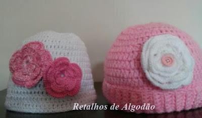 Gorro de crochê para bebês com detalhe de flor de crochê