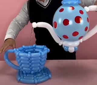 Teekanne und Tasse aus Luftballons modelliert.