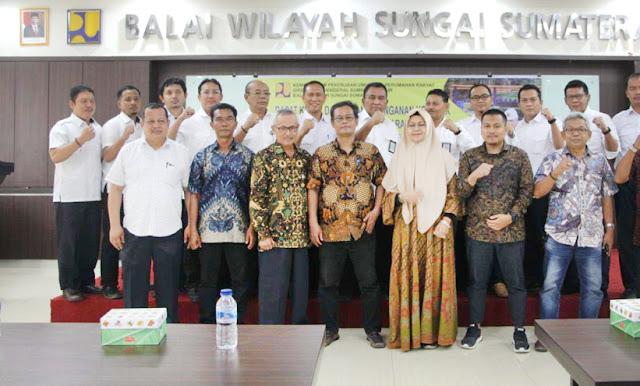 Pegawai Balai Wilayah Sungai (BWS) Sumatera V foto bersama usai penandatanganan kontrak pekerjaan tahun 2020.