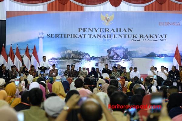 Presiden Joko Widodo Serahkan 2.020 Sertifikat Hak Atas Tanah di Jawa Timur