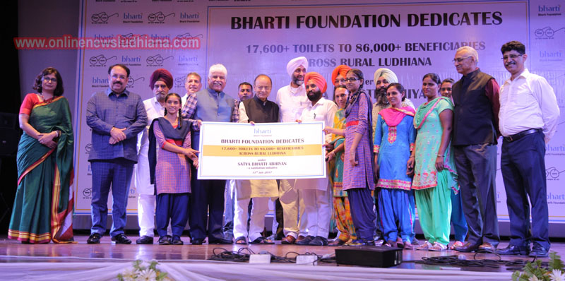 Arun Jaitley, Finance Minister, along with Rakesh Bharti Mittal, Co-Chairman Bharti Foundation, Manpreet Singh Badal, Finance Minister, Punjab, Tript Rajinder Singh Bajwa, Minister for Water Supply and Sanitation felicitate the beneficiaries of Satya Bharti Abhiyan at a function in Ludhiana