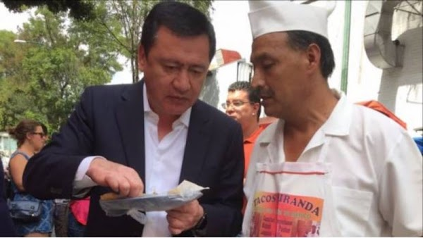 Osorio Chong, en plena campaña se da baños de pueblo y se echa unos tacos