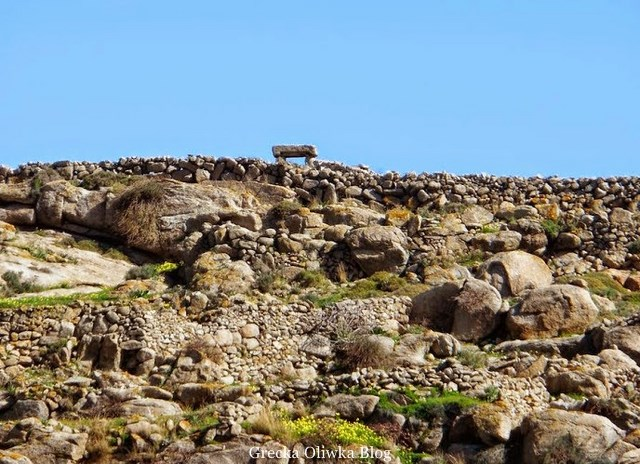 zbliżenie na granitowe zabytkowe Portes w otoczeniu głazów i kamieni
