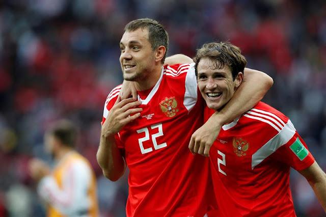 Dzyuba comemora gol da Rússia com brasileiro naturalizado Mário Fernandes - Créditos: EFE/José Méndez