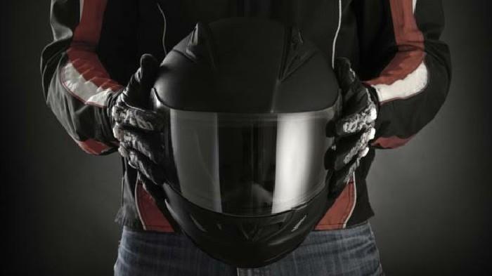 Dampak Bagi Kesehatan Rambut Jika Sering Pinjam Helm