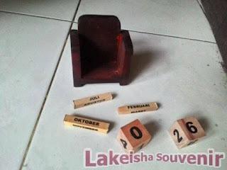 souvenir pernikahan kalender kayu