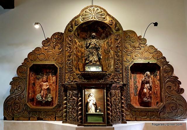 Altar colonial exposto no Hotel Museu Casa Santo Domingo