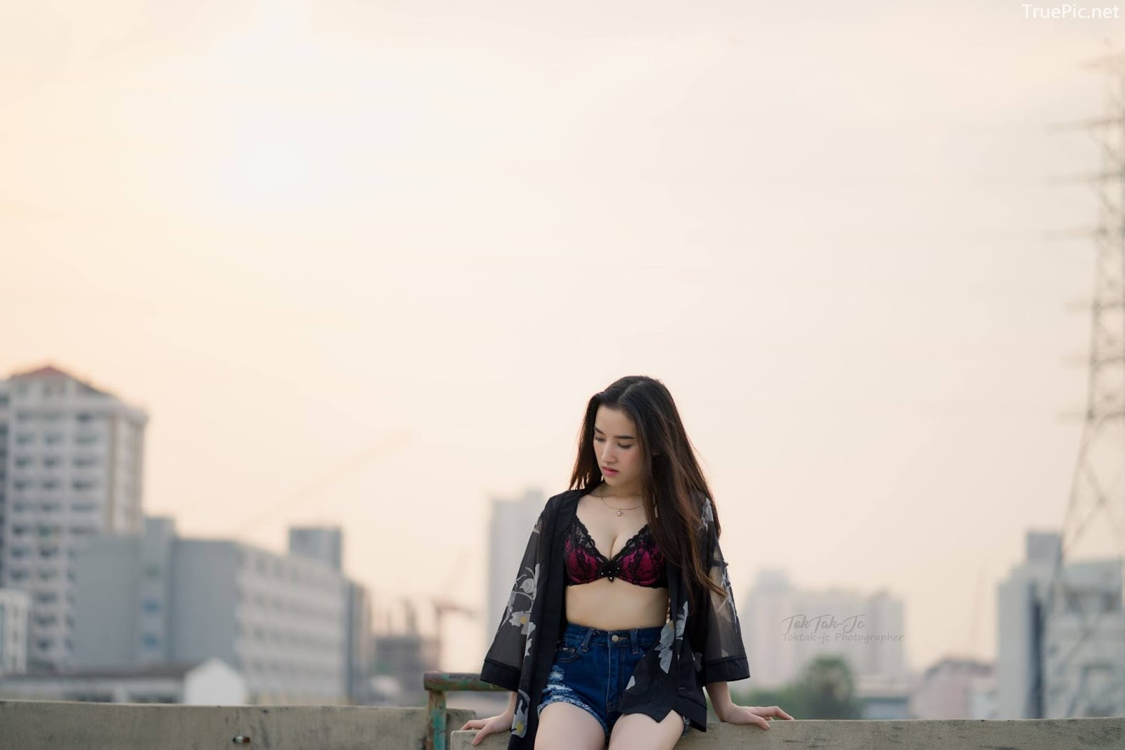 Thailand sexy angel Ploywarin Tippakorn - Black-pink bra and jean on sunset - Picture 9