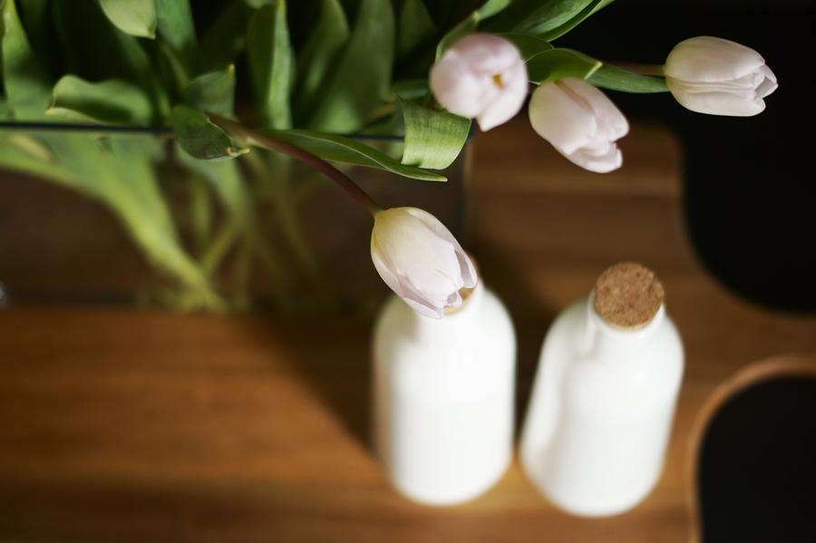 Blog + Fotografie by it's me fim.works - weißeTulpen mit lilafarbenen Spitzen, Keramikflaschen, Holzbrett