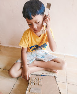 bermain telepon kardus yang dibuat sendiri