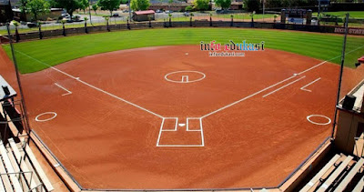 Contoh gambar berupa foto bentuk lapangan softball dari depan
