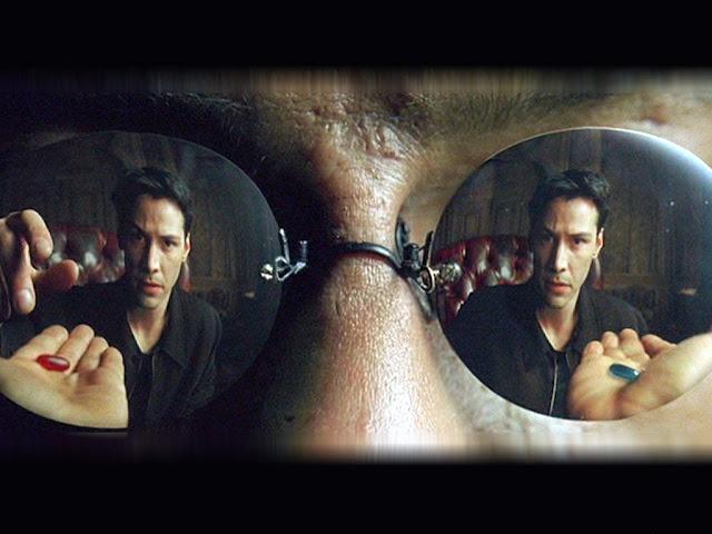 Neo a le choix entre la pilule bleue et la pilule rouge dans Matrix, de  Lana et Lilly Wachowski (1999)