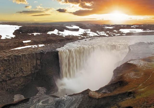 Dettifoss là thác nước mạnh nhất không chỉ ở Iceland, mà cả toàn châu Âu. Thác chỉ cao 45 m nhưng rộng khoảng 100 m và có lượng nước khổng lồ đổ xuống mỗi giây. Nước màu xám sữa của thác đến từ sông băng Vatnajokull. Điều đặc biệt đáng nhớ về Dettifoss là tiếng gào thét dữ dội của dòng chảy trên bờ dần bị nuốt chửng vào trong hẻm núi