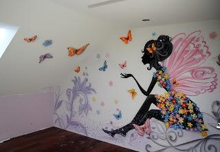 Nowoczesny wystrój ścan w pokoju nastolatki, malowanie graffiti na ścianie, pokój dziewczęcy na poddaszu, pomysł