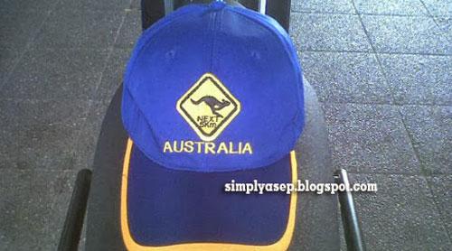 HILANG : Pak Haji Daeng Effendi sempat memberikan sebuah merchandise HAT atau Topi keren berlogo KangGuru Australia saat itu. Sayang sekali topi ini hilang entah dimana saat dipakai anak anak saya.  I am so sorry. Foto Asep Haryono