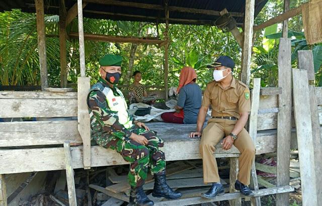 Babinsa Rapius Didampingi Kepala Dusun Lakukan Komsos dengan Pembuat Sagu Butir