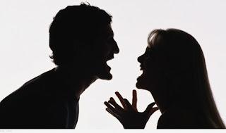 صورة لزوج وزوجته وكأنهما يتشاجران معا