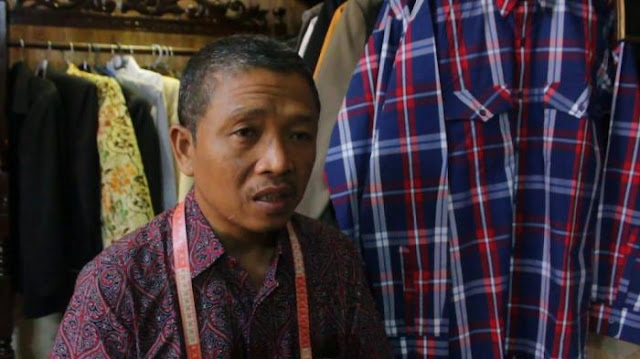 Dapat Pesanan Ribuan Kemeja Khas Jokowi dari Teman Ahok, Penjahit Langganan Jokowi ini Panen Rejeki
