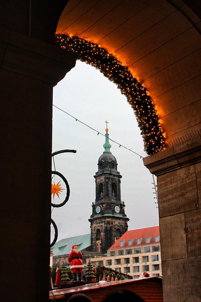 Jarmark bożonarodzeniowy w Dreźnie na tle kościoła św. Krzyża