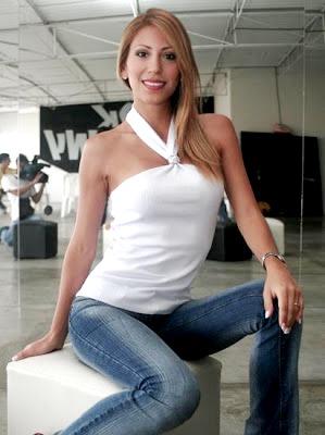 Foto de Delly Madrid sentada