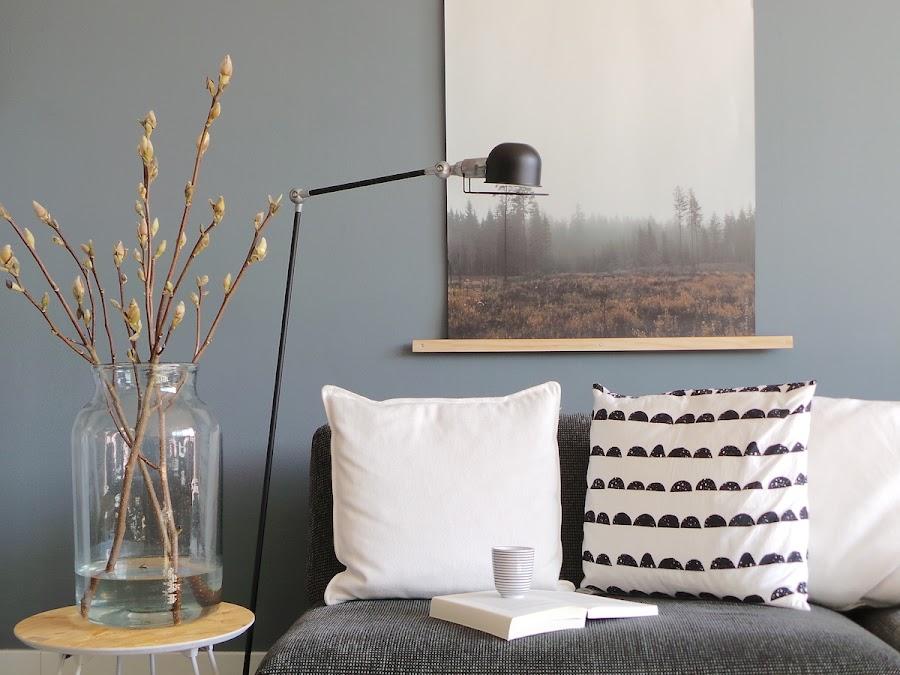 Salón con lámpara de pie junto al sofá