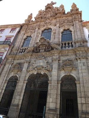 FAchada em barroco da Igreja da Misericórdia no Porto