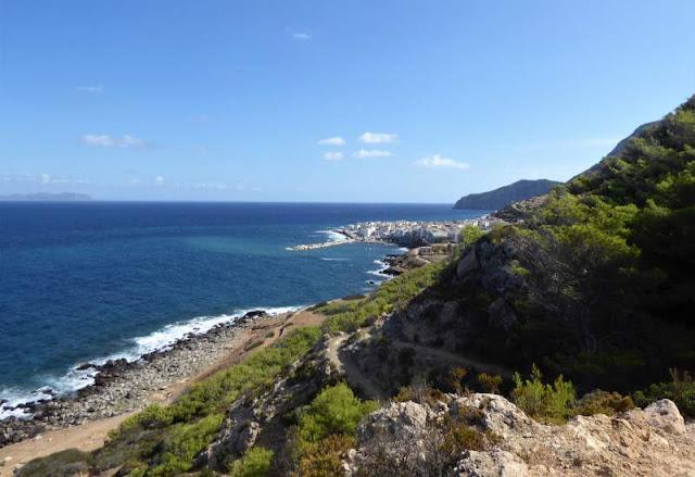 veduta del paese dal sentiero che porta a Punta Troia