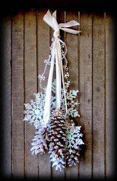 easy but lovely wreath with pine cone and paper snowflake