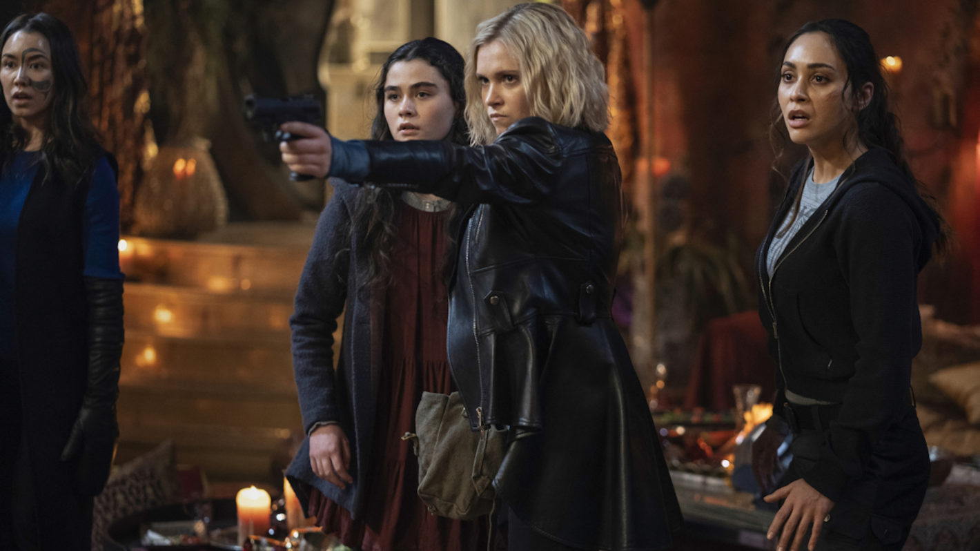 Clarke y el resto de personajes de 'The 100'