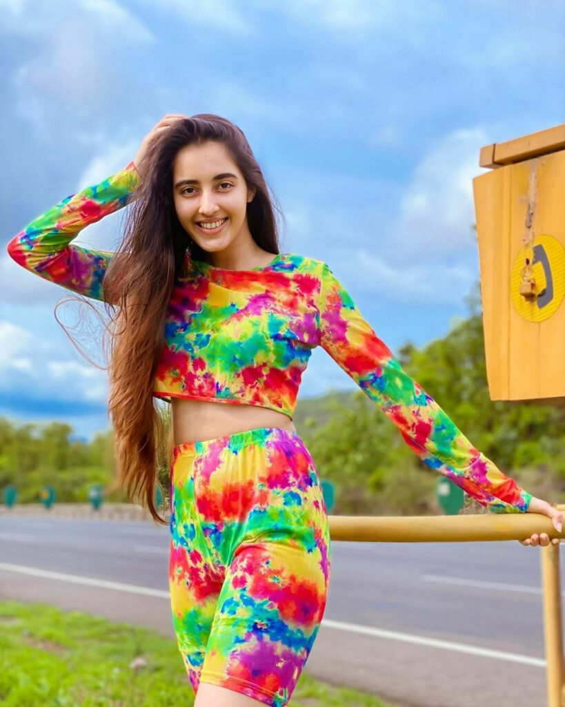 Pic of the day: Simrat Kaur Cute Poses Pictures