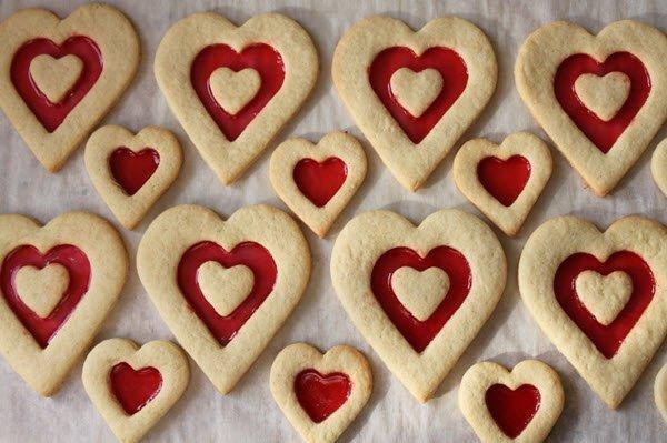 الكعك على شكل قلب بحشوة حمراء في عيد الحب