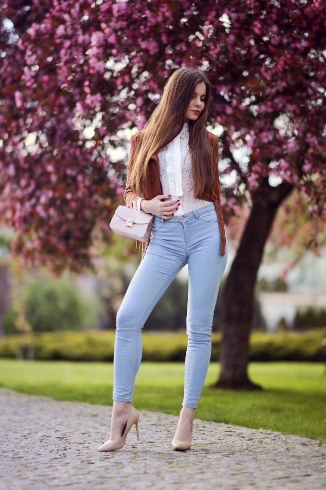 Biała koszula, jeansowe spodnie rurki, brązowa zamszowa kurtka i beżowe szpilki