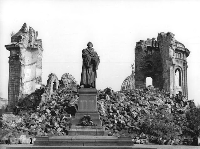 The Luther Monument in front of the ruins of the Frauenkirche, Dresden in 1958 (Bundesarchiv, Bild 183-60015-0002 / Giso Löwe / CC-BY-SA 3.0)