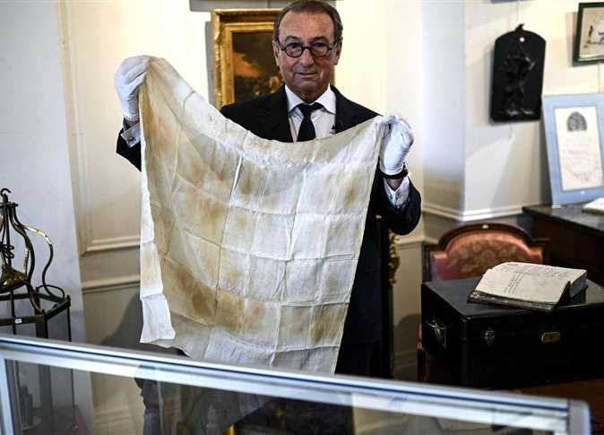 """A piece of cloth stained with """"Napoleon"""" blood at auction ... Know the price (photos)"""