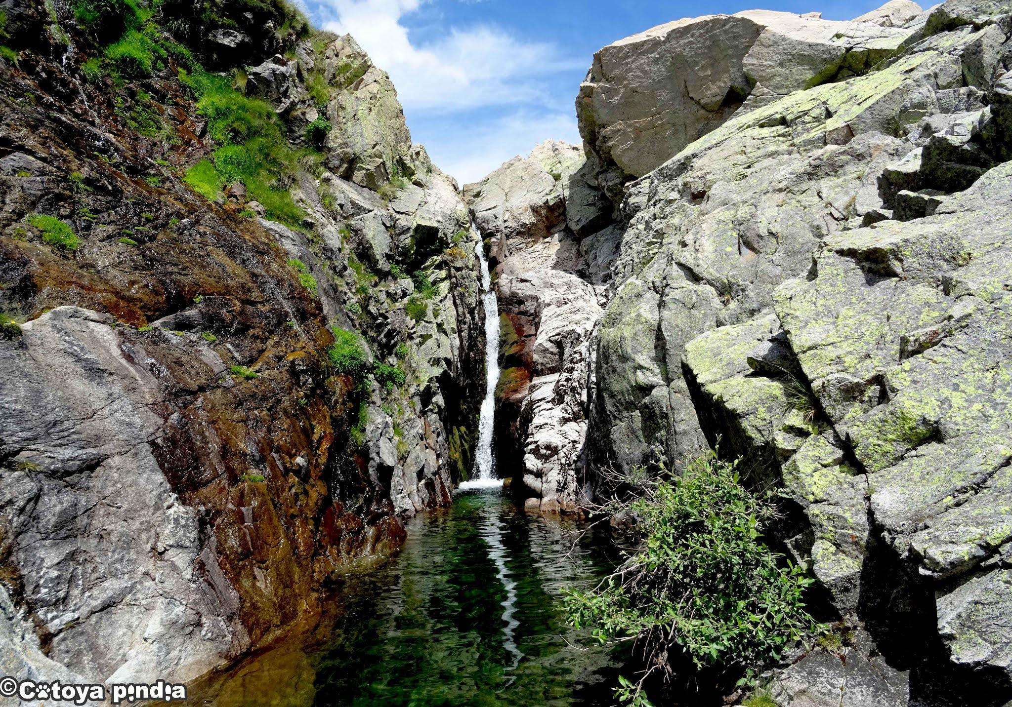 Salto de Agua en la senda de la Garganta de Bohoyo en la Sierra de Gredos.