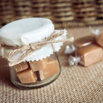 potinhos com doce de leite embrulhados com algodão cru e palha