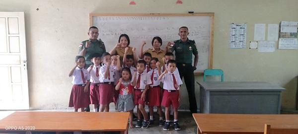 """Babinsa Koramil 1312-05/Essang Melaksanakan Giat """"TNI Sahabat Belajar"""" di SDN Inpres Essang"""