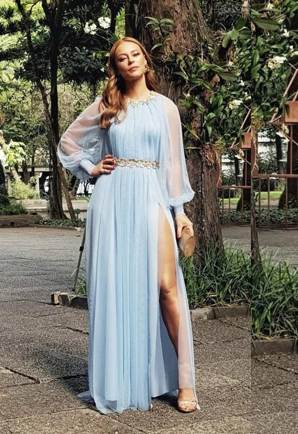 Paola Oliveira vestido de festa longo azul claro madrinha de casamento