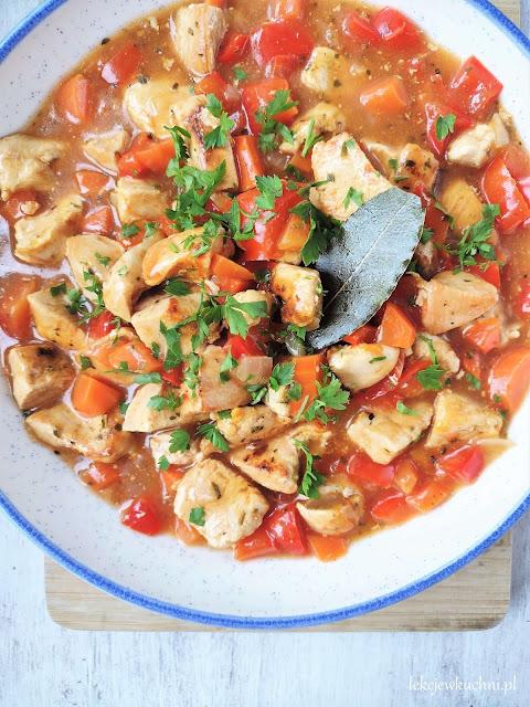 Gulasz z kurczaka z papryką i marchewką przepis