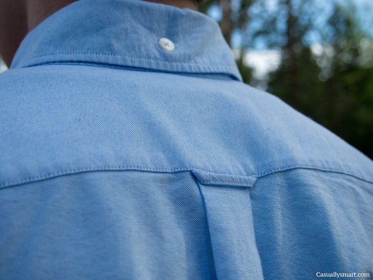 Buttonhole on the back of the shirt